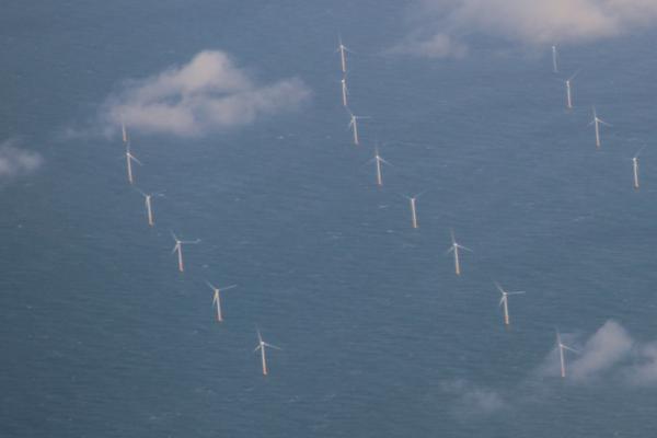 Windmolens op Zee voor de kust van IJmuiden